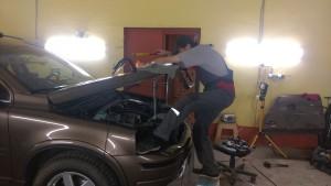 Специалист по ремонту вмятин без покраски